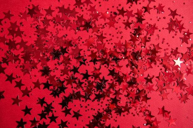 Czerwone konfetti w postaci gwiazdek na czerwono