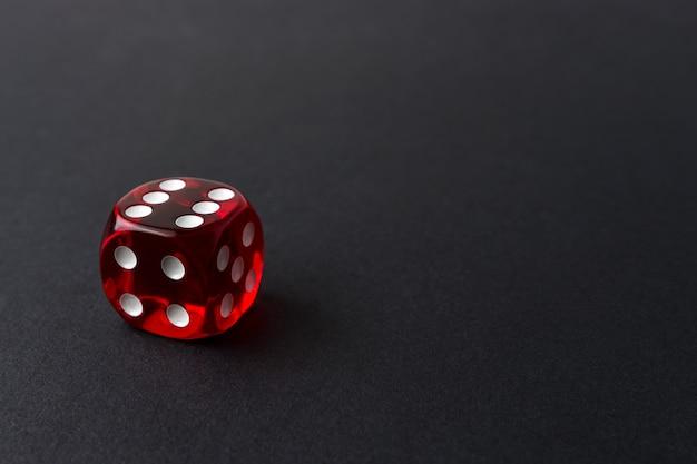 Czerwone kostki do gry na czarnym stole