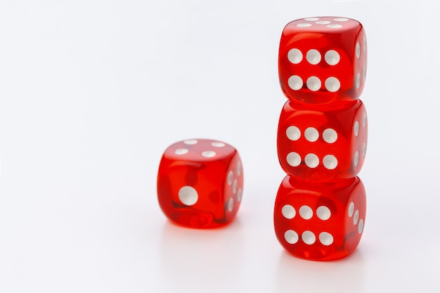 Czerwone kostki na białym tle