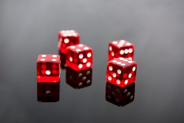 Czerwone kostki na przezroczystym czarnym tle