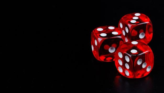 Czerwone kostki w ciemnym czarnym tle szczegółów obiektu sztuki