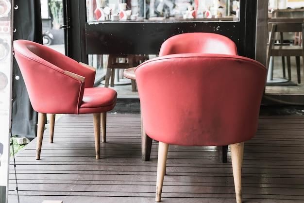 Czerwone krzesło i stół w kawiarni