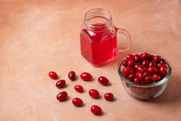 Czerwone kukurydzy w szklanym kubku z sokiem w słoiku.