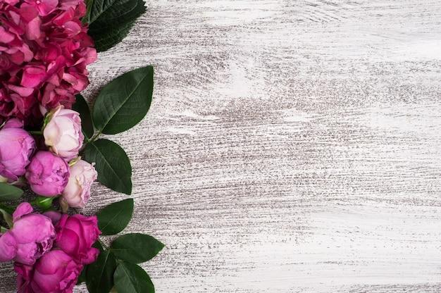 Czerwone kwiaty hortensji i różowe róże