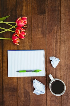 Czerwone kwiaty i filiżanka kawy