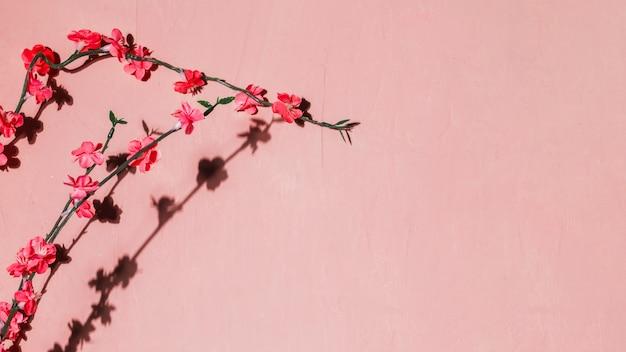 Czerwone kwiaty w gałęzi