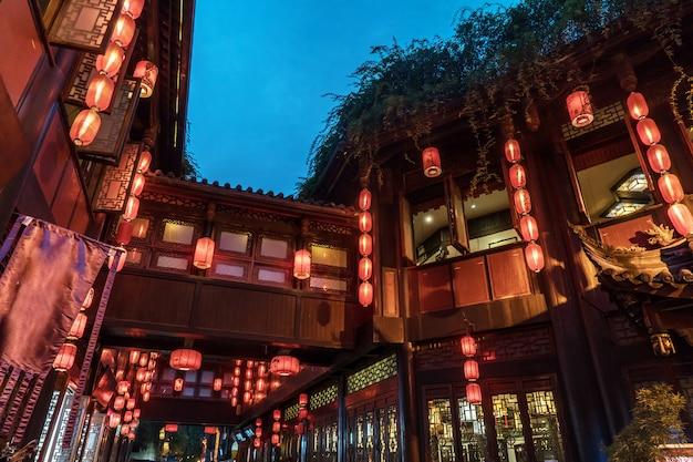 Czerwone lampiony powieszono na strychu w starożytnym mieście w nocy, w chengdu, sichuan, chin