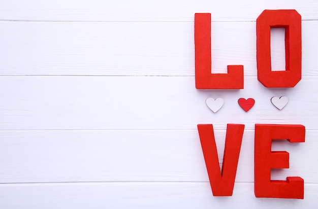 Czerwone litery miłości na beżowym tle.