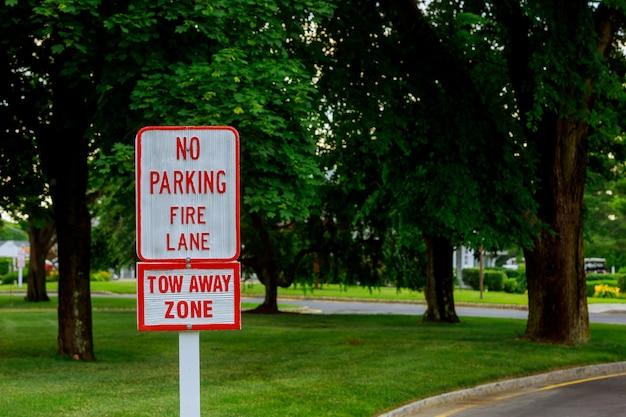 Czerwone litery na białym znaku brak znaku parkingowego w fire lane