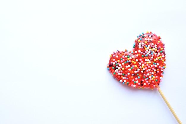 Czerwone lizaki. czerwone serca. cukierek. miłość i słodka koncepcja. walentynki. białe tło.