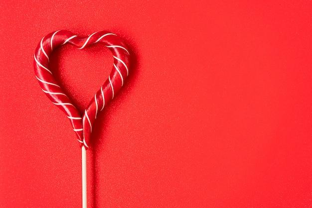 Czerwone lizaki w kształcie serca. czerwone serca. cukierek. koncepcja miłości. walentynki.