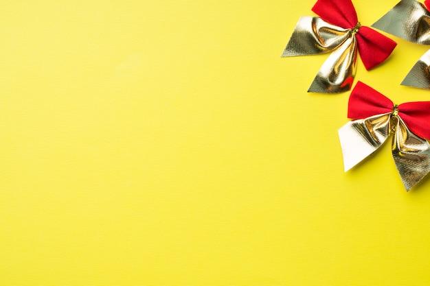 Czerwone łuki na żółtym
