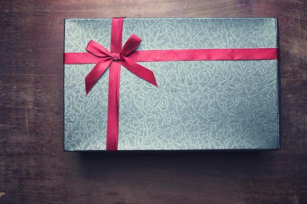 Czerwone małe pudełko na drewnianym stole