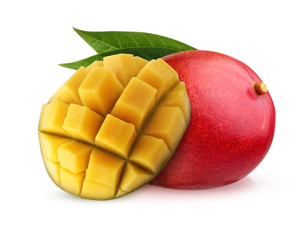 Czerwone mango na białym tle na białej powierzchni