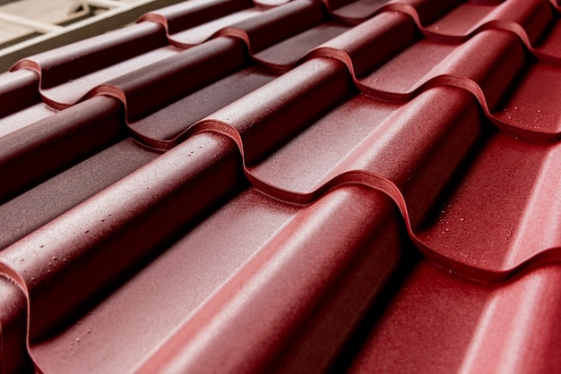 Czerwone metalowe dachówki