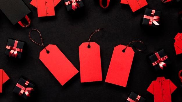 Czerwone metki z cenami, czarne i pudełka na prezenty
