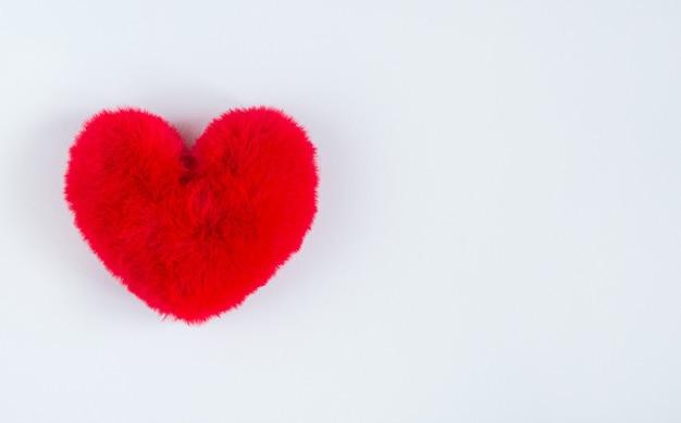 Czerwone miękkie serce na miękkim białym tle. symbol zdrowej osoby. walentynki