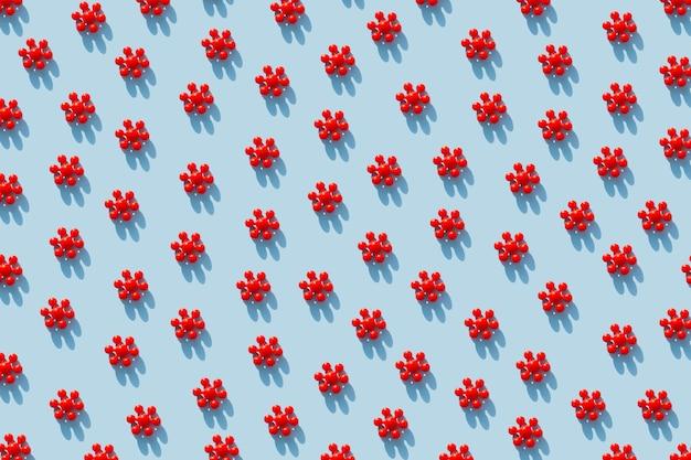 Czerwone modele koronawirusa na niebiesko