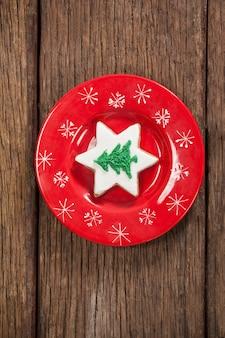 Czerwone naczynie z plików cookie w kształcie choinki