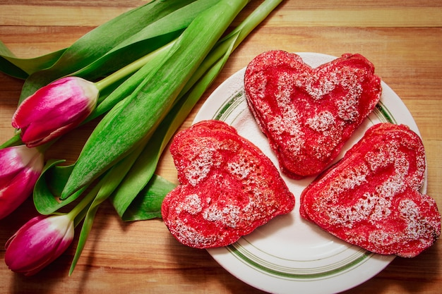 Czerwone naleśniki w kształcie serca na talerzu