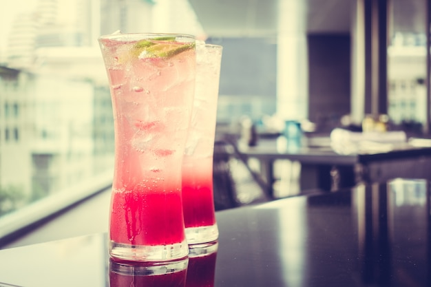 Czerwone napoje z lodem