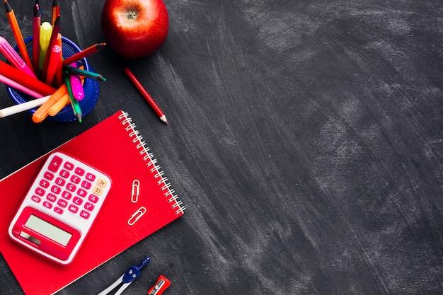 Czerwone narzędzia biurowe na tablicy
