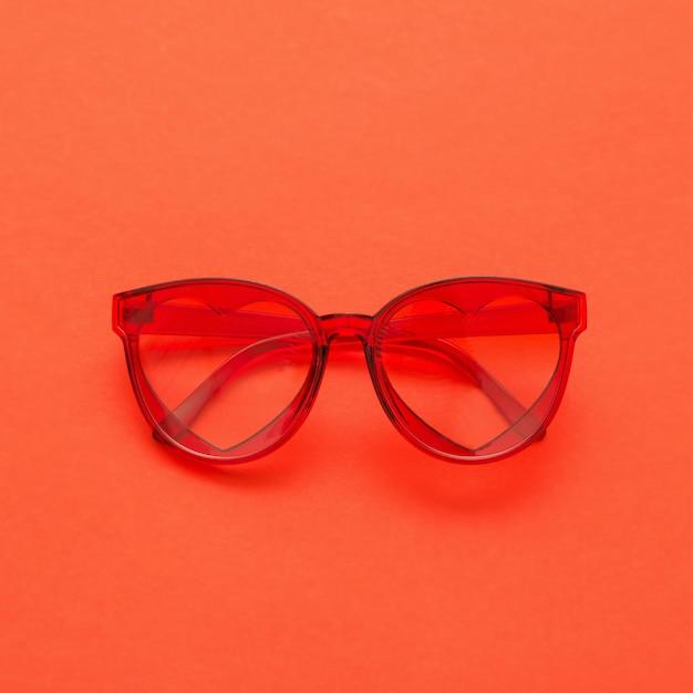 Czerwone okulary przeciwsłoneczne na czerwono