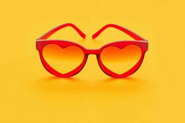 Czerwone okulary przeciwsłoneczne na żółto
