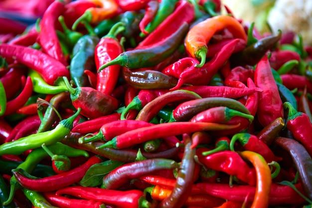 Czerwone ostre papryczki chili na ladzie bazar, zbliżenie, z małej głębi ostrości