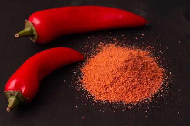 Czerwone ostre papryczki chili z papryką w proszku