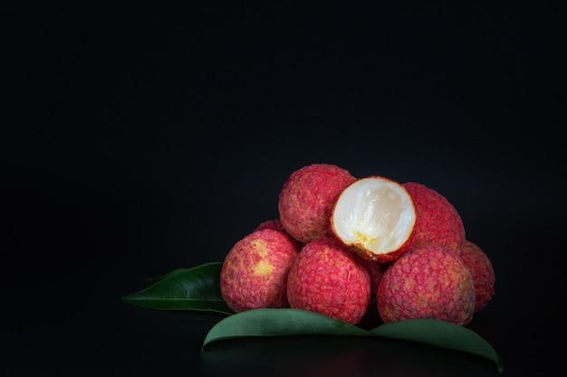 Czerwone owoce liczi umieszczone w koszu.