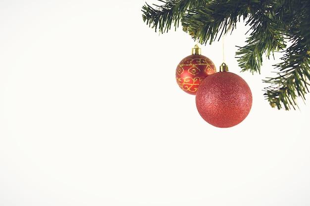 Czerwone ozdoby świąteczne na białym tle. wesołe kartki świąteczne. zimowe wakacje tematu. szczęśliwego nowego roku. miejsce na tekst.