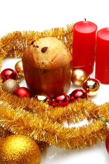 Czerwone ozdoby świąteczne na świerkowe gałęzie