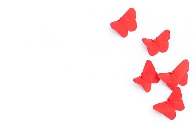 Czerwone papierowe motyle origami.