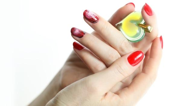 Czerwone paznokcie do manicure