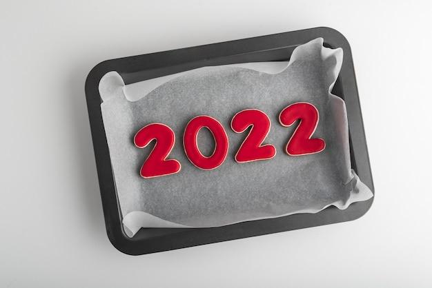 Czerwone pierniki 2022 na blasze do pieczenia. noworoczne ciasteczka.