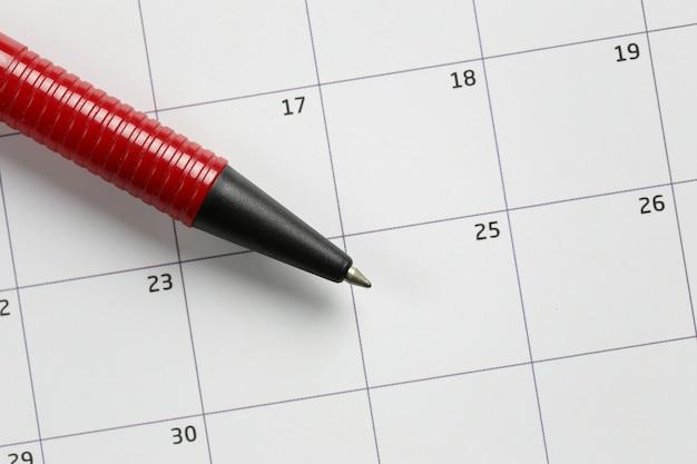 Czerwone pióro wskazujące na dwudziesty piąty numer grudnia.