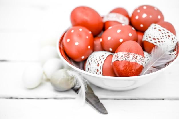 Czerwone pisanki na białym talerzu