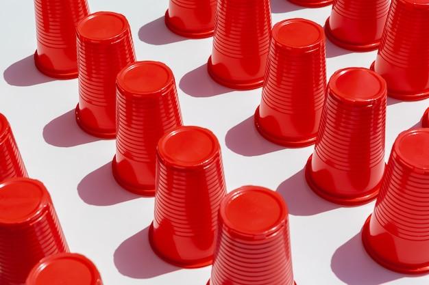 Czerwone plastikowe kubki do picia