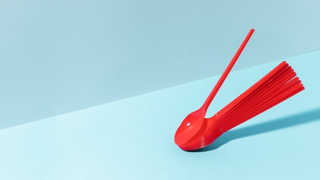 Czerwone plastikowe łyżki kopia przestrzeń