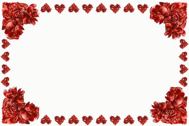 Czerwone płatki kwiatów w kształcie serc na białej powierzchni