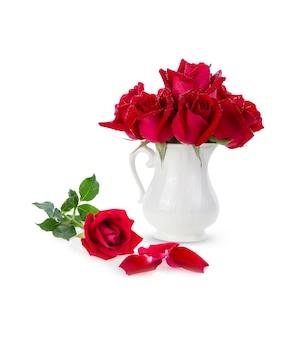 Czerwone płatki róż na białym tle