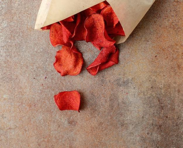 Czerwone płatki róż w papierowym opakowaniu