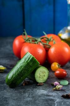 Czerwone pomidory czereśniowe i zielone ogórki