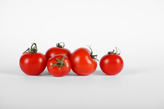 Czerwone pomidory na białym tle.