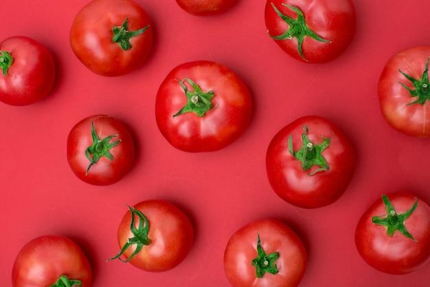 Czerwone pomidory na czerwono