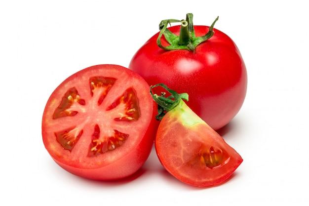Czerwone pomidory ustawione na białym tle