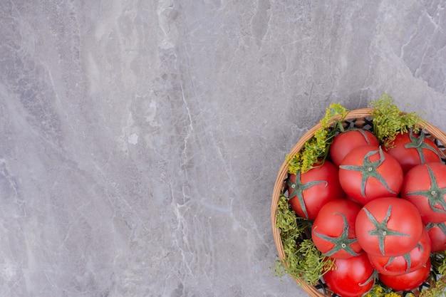 Czerwone pomidory wyizolowanych w drewnianej tablicy