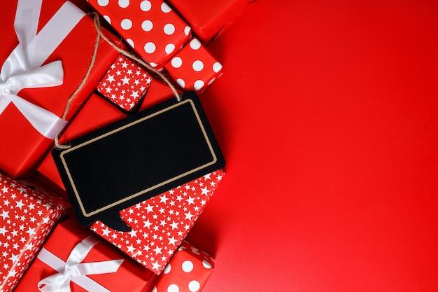 Czerwone pudełka na prezent na czerwonym tle z miejscem na tekst 11.11 dzień sprzedaży singla.