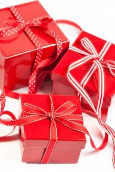 Czerwone pudełka z prezentami